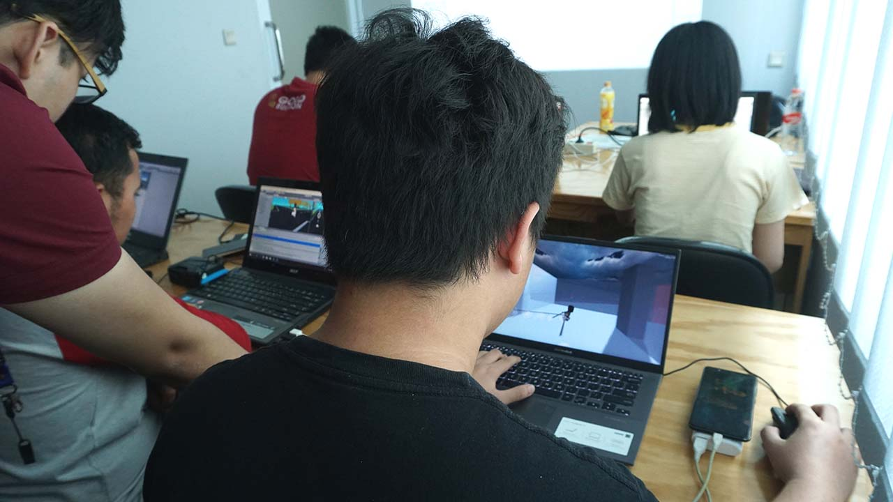suasana kelas kursus membuat game unity3d di Onetwocode Indonesia