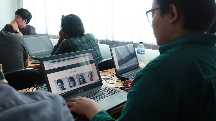 suasana kelas front end web development Onetwocode Indonesia html css bootstrap javascript